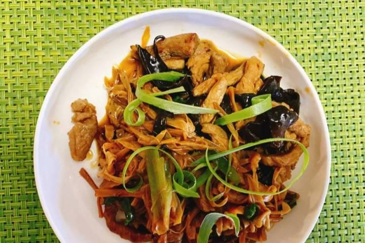 家里食材有限,又想做出一道可口的饭菜时,这道木耳黄花菜肉丝一定是你的不二之选