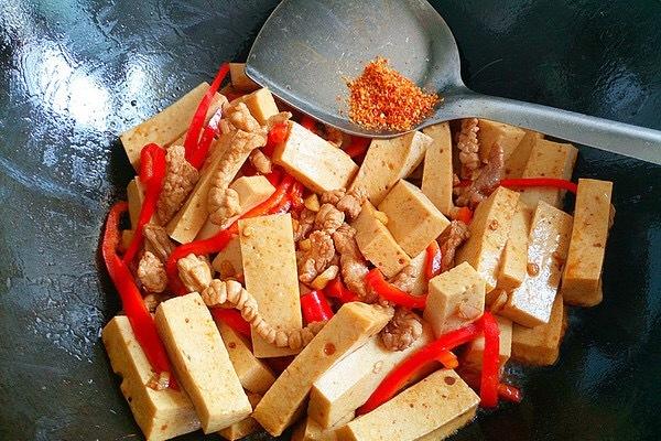 千叶豆腐炒瘦肉,嫩滑多汁营养又美味第五步