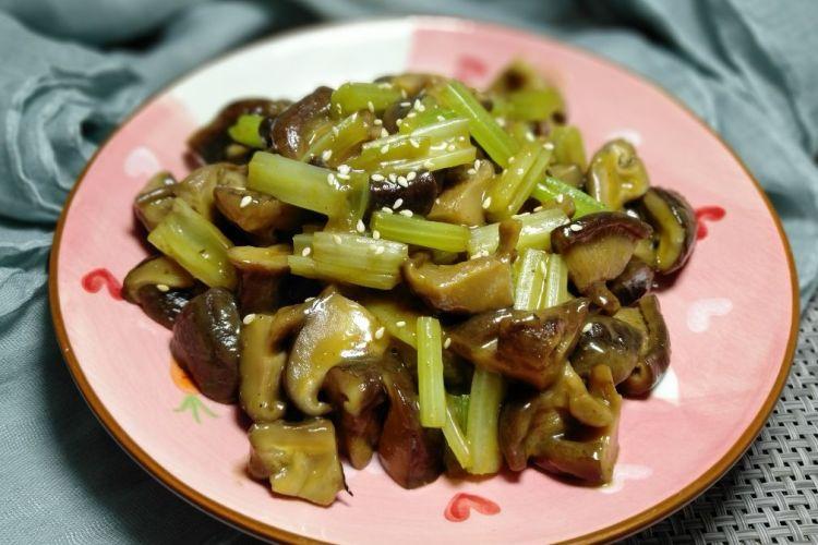 芹菜香菇咸鲜爽脆,制作非常简单的一道可口家常菜