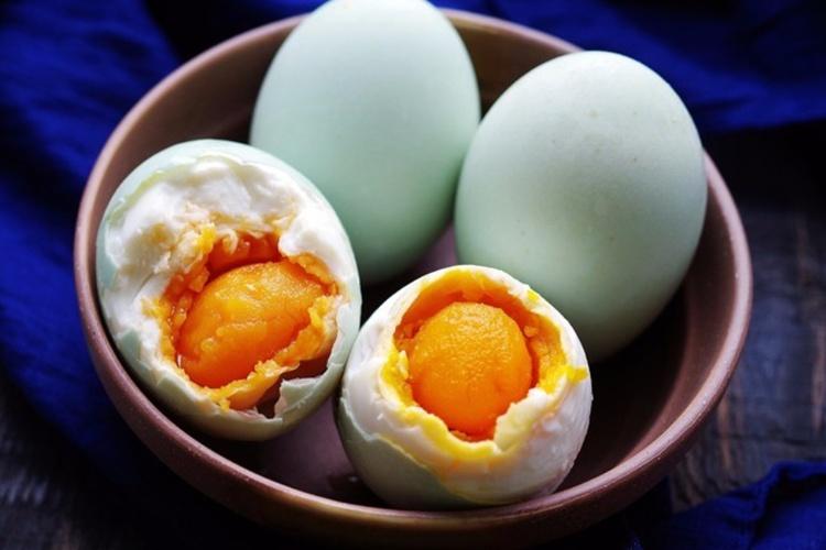 腌咸鸭蛋的方法,超级简单呢,天气热的话,十几天就可以出油了