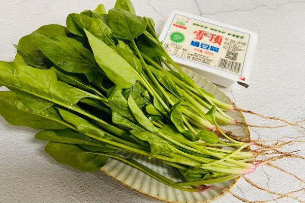 豆腐菠菜汤,非常清香的一款汤,配上一碗自己喜欢的蘸水也不错哟第一步