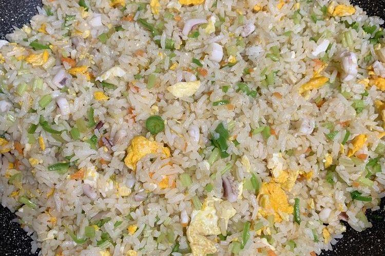 鱿鱼洋葱鸡蛋芹菜炒饭,给你视觉与味觉上的双重享受