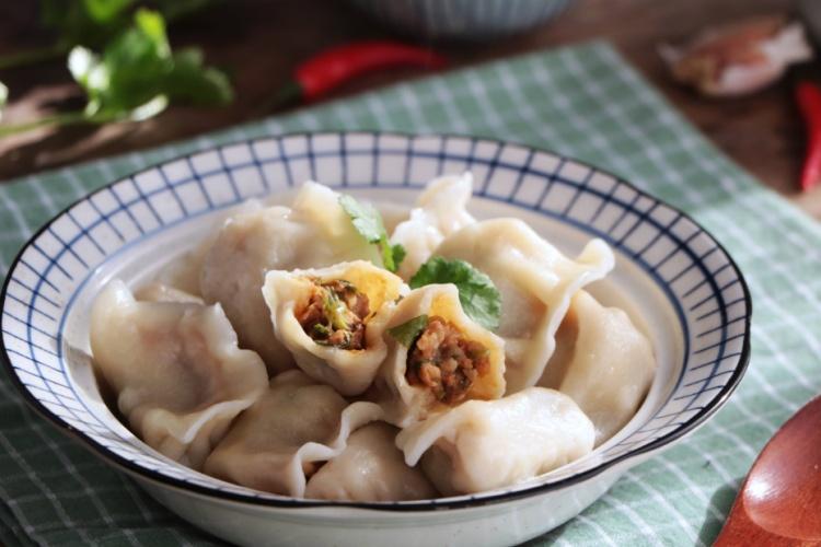 芹菜香菇水饺,将芹菜与香菇剁碎,包成饺子,味道异常的鲜美