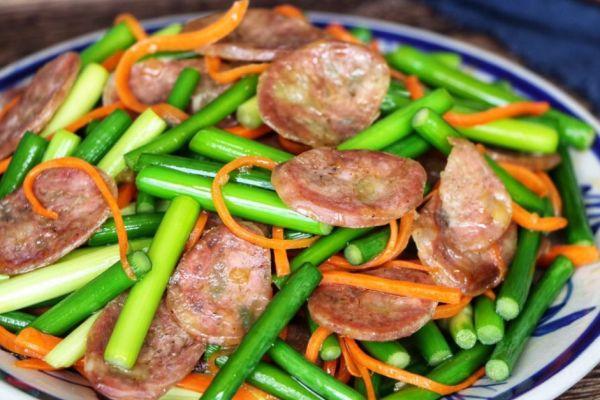 蒜苔腊肠只需要做一盘菜,我就可以吃下两大碗米饭第十二步