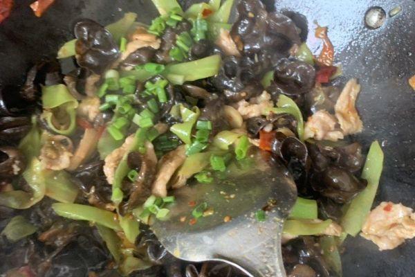 农家小炒菜——青笋木耳肉片第九步