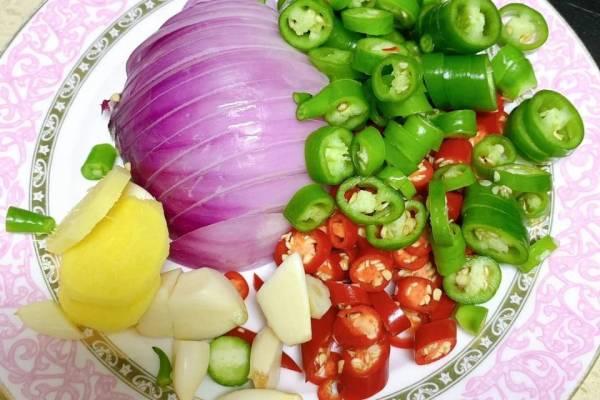 麻辣干锅牛蛙,香软的土豆配上香辣爽口的牛蛙,简直是不要太好吃第二步