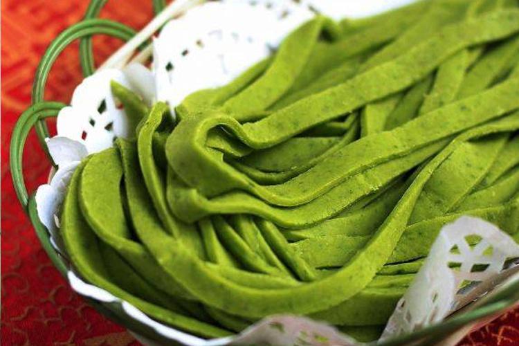 添加天然色素的手擀芹菜面
