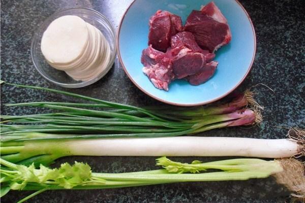 羊肉芹菜饺子,肉嫩味美的神仙搭配第一步