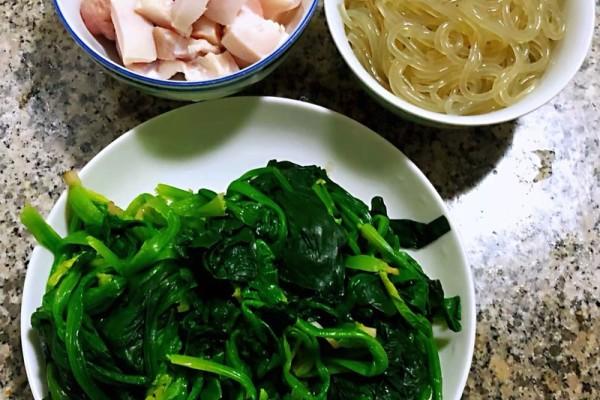 菠菜粉条鲜肉汤,给予你不一样的味觉体验第二步