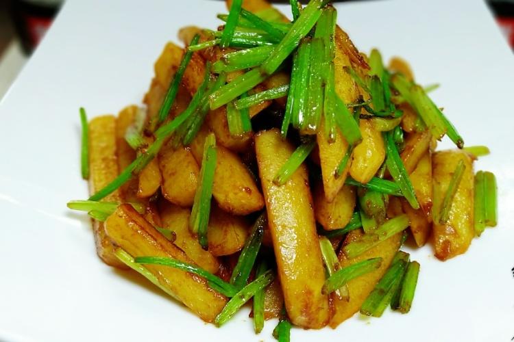 芹菜土豆条,土豆绵软入味,芹菜香脆爽口