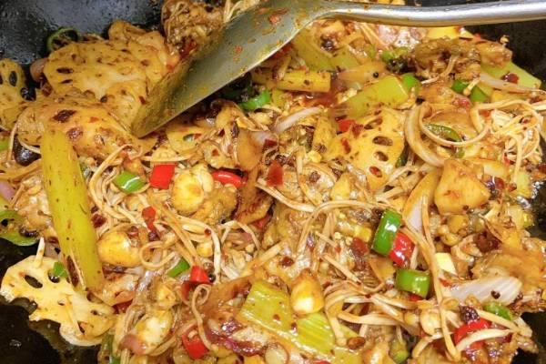 麻辣干锅牛蛙,香软的土豆配上香辣爽口的牛蛙,简直是不要太好吃第十四步