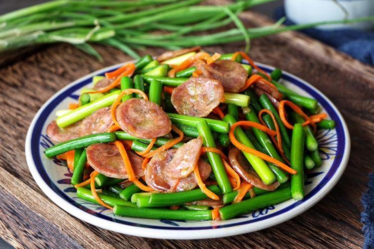 蒜苔腊肠只需要做一盘菜,我就可以吃下两大碗米饭