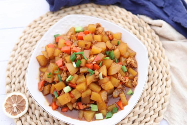 肉末土豆丁,每次端上桌,很快就會被搶光,湯汁用來泡飯也非常不錯喲