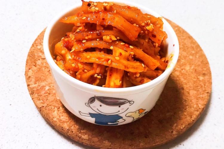 萝卜干腌制很简单,早上煮上一碗清粥,配上一碗香辣萝卜干,提神又开胃