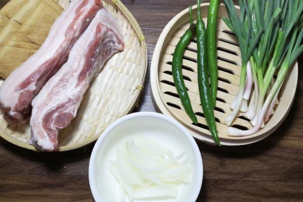豆干回锅肉——超级下饭的一道菜第一步