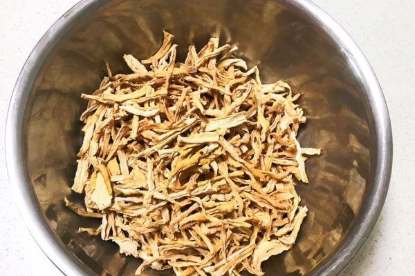 萝卜干腌制很简单,早上煮上一碗清粥,配上一碗香辣萝卜干,提神又开胃第一步