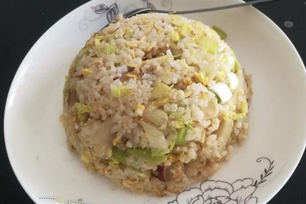 素什锦炒饭,蛋花诱人的香气夹杂着白菜清新的味道,太诱人了第六步