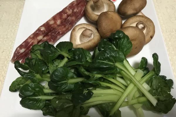 青菜炒香菇腊肉饭,懒人做饭也能很丰盛第一步