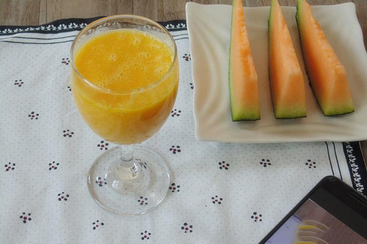 可口的芒果哈密瓜牛奶汁
