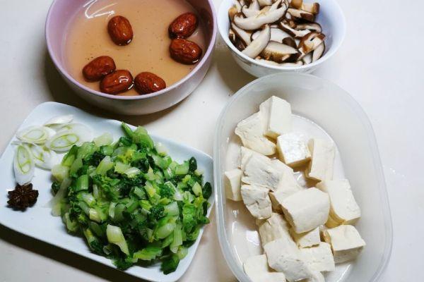菜品相当丰富的香菇汤,喝上这一大碗的汤就不用再吃饭了第五步