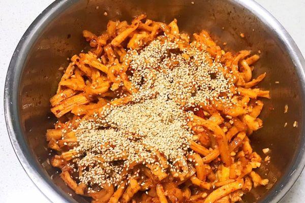萝卜干腌制很简单,早上煮上一碗清粥,配上一碗香辣萝卜干,提神又开胃第十步