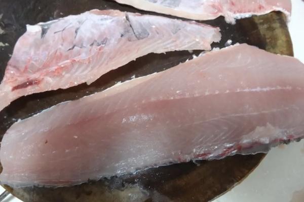 用鲜鱼肉做的鱼糕丸子,酥嫩香滑,口感和味道甩馆子里的一大截第四步