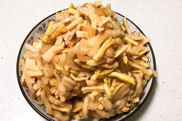 萝卜干腌制很简单,早上煮上一碗清粥,配上一碗香辣萝卜干,提神又开胃第三步