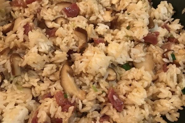 青菜炒香菇腊肉饭,懒人做饭也能很丰盛第九步