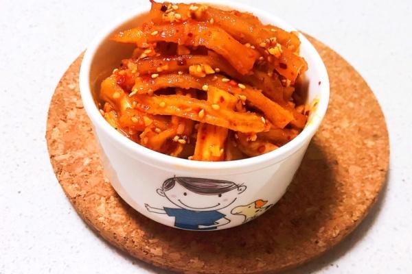 萝卜干腌制很简单,早上煮上一碗清粥,配上一碗香辣萝卜干,提神又开胃第十一步