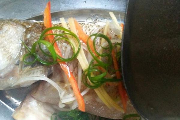 粤式蒸鱼,鲜嫩香滑,好吃到你停不下来第五步