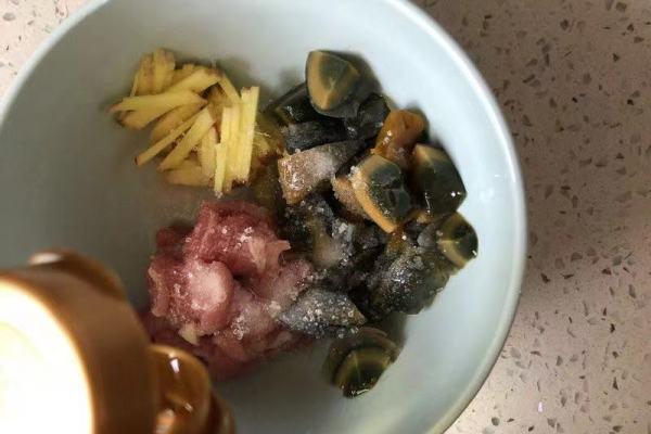 瘦肉皮蛋粥,有盐有味,喝起来还暖暖的第四步