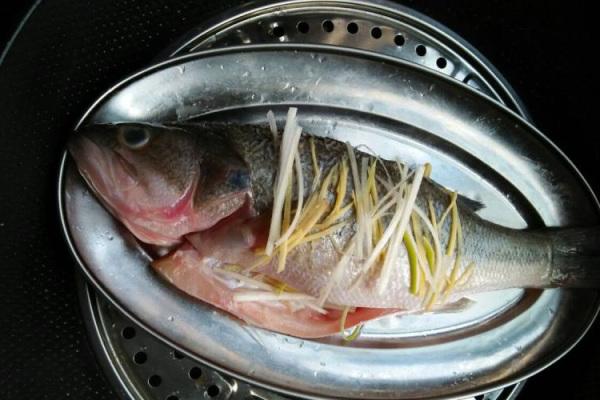 粤式蒸鱼,鲜嫩香滑,好吃到你停不下来第三步