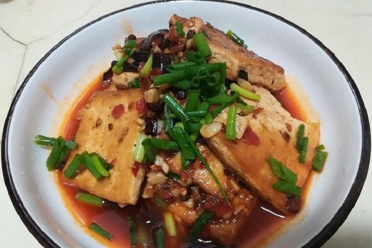 红烧豆腐,舀一勺搭配饭吃,味道绝了