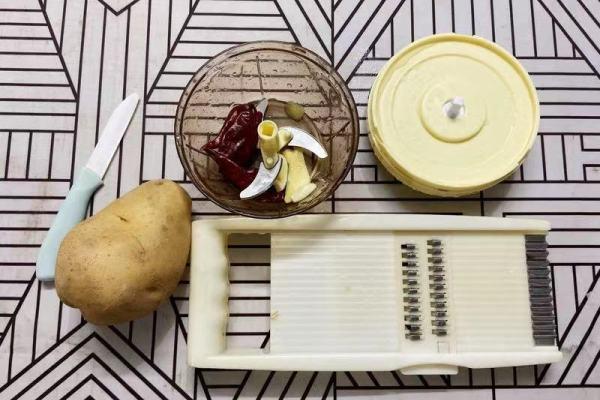 炝炒土豆丝,一个让我从此让我爱上吃土豆丝的一道菜第一步
