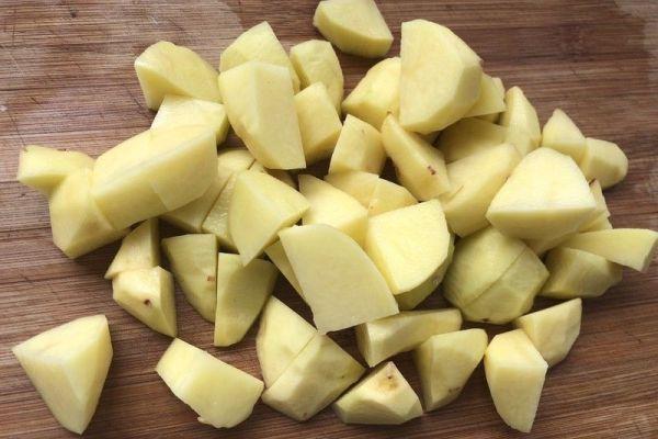 肉烧土豆,色香味俱全,味道巴适!第二步