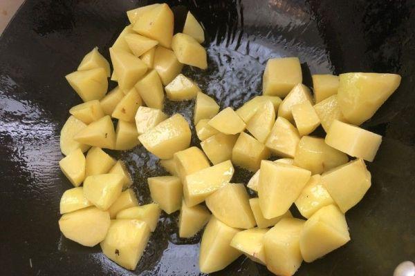 肉烧土豆,色香味俱全,味道巴适!第四步