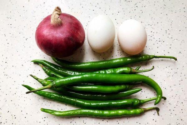 鸭蛋青椒洋葱,简单又下饭第一步